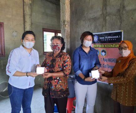 Sekretaris Komunitas Solidaritas Anak Bangsa Melly Pangestu (berjaket blue jeans) menyerahkan kuota gratis untuk siswa dan guru kepada Kepala Sekolah SMK Purnama 1, IDra. Risprantini, Semarang, Selasa (14/9) ( Foto Dokumentasi).
