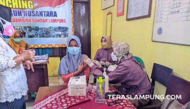 Salah seorang warga menerima suntikan vaksin Pfizer dosis pertama di Kelurahan Tanjunggading, Kecamatan Kedamaian, Kota Bandarlampung, Senin (11/10/2021). Foto: Teraslampung.com/Dandy Ibrahim